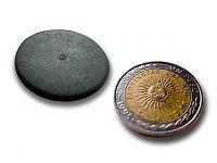 Comparación del tamaño de un tag y una moneda de un peso.